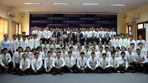 Thăm và chụp ảnh với các Học viên Học viện hoàng gia đào tạo nghề tư pháp Campuchia.