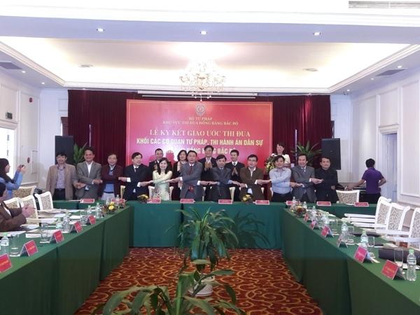 Lãnh đạo Sở Tư pháp của 11 tỉnh, thành phố ký giao ước thi đua.