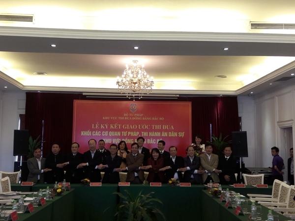 Lãnh đạo Cục THADS của 11 tỉnh, thành phố ký giao ước thi đua.
