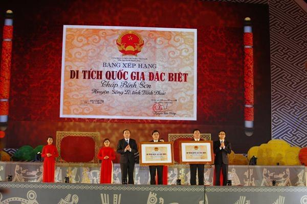 Lễ trao bằng xếp hạng di tích quốc gia đặc biệt.
