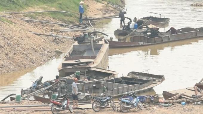 Tàu không có đăng ký, đăng kiểm phục vụ hoạt động khai thác cát tại xã Yên Định, Sơn Động, Bắc Giang.