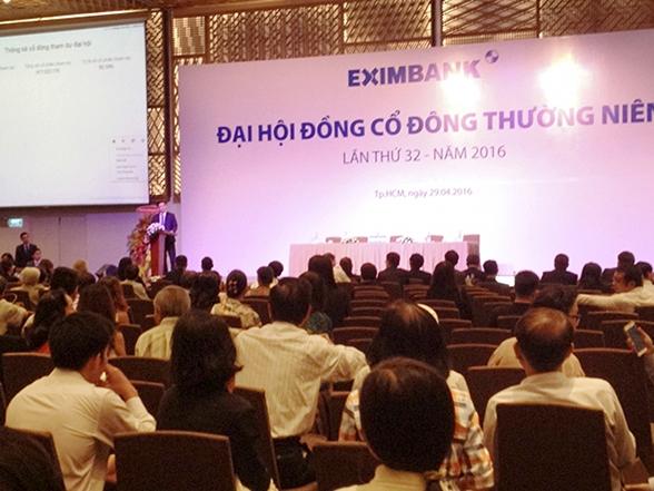 Trước kỳ đại hội bất thường bà Nguyễn Thị Xuân Loan và ông Phạm Hữu Phương – đại diện 2 nhóm cổ đông nắm giữ 22,2% cổ phần – yêu cầu HĐQT bầu bổ sung 2 thành viên HĐQT (Eximbank hiện có 9 thành viên HĐQT). Trong khi đó, nhóm cổ đông nước ngoài sở hữu 25,95% cổ phần lại kiến nghị giữ nguyên 9 thành viên HĐQT.