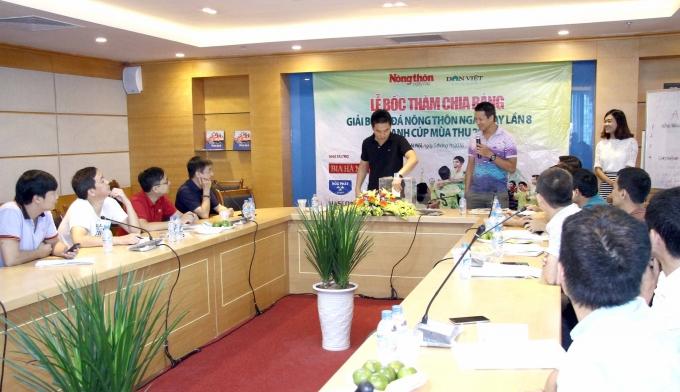 Đội bóng báo Pháp luật Việt Nam tiến hành bốc thăm phân bảng.