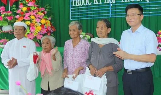 Bộ trưởng Bộ Tư pháp cùng Đoàn ĐBQH tỉnh Kiên Giang đơn vị số 2 đã trao 3 phần cho các gia đình có hoàn cảnh khó khăn trên địa bàn xã Hưng Yên.