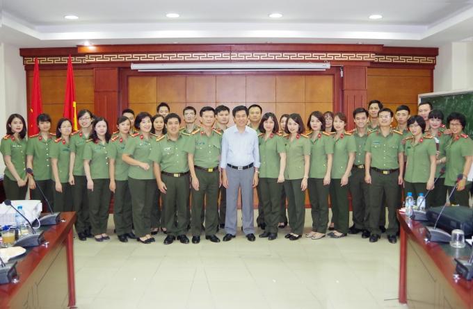 Ông Lê Văn Tăng, Giảng viên chụp ảnh lưu niệm với học viên.