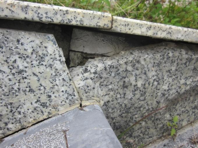Một trong rất nhiều đoạn tường dẫn lối vào vào đền.