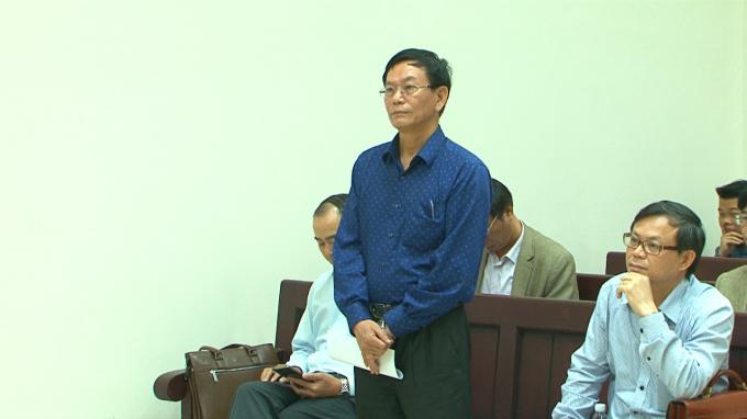 Ông Nguyễn Mạnh Cường- Giám đốc Sở Xây dựng Quảng Ninh (người đứng) tại phiên tòa sáng nay.