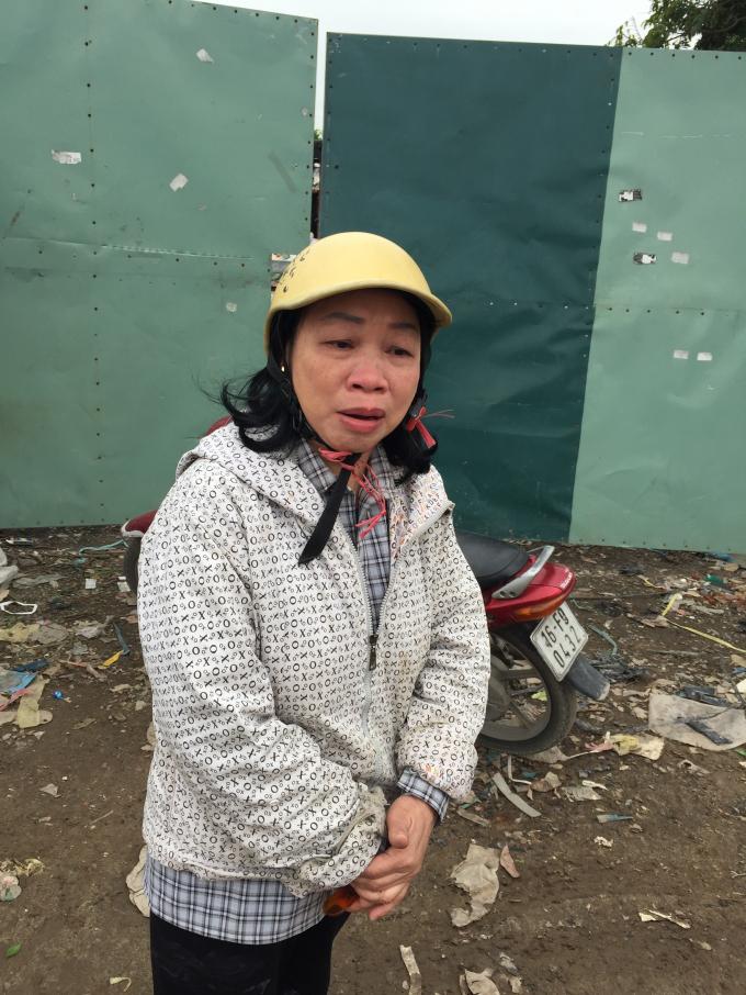 Bà Nguyễn Thị Hiền, bậc khóc khi nói về chồng là lính Trường Sa và việc chính quyền áp giá đền bù thấp.