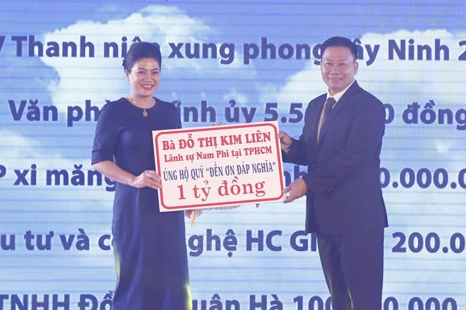 Lãnh sự Nam Phi tai TPHCM bà Đỗ Thị Kim Liêntrao bảng ủng hộ 1 tỷ đồng vào Quỹ