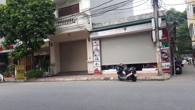 Cảnh tượng vắng vẻ tại phố Nguyễn Sơn. Những biển hiệu có chữ