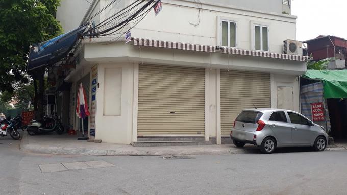 Một cửa hàng nằm tại vị trí trung tâm đã bóc gỡ tất cả các biển hiệu quanh nhà.
