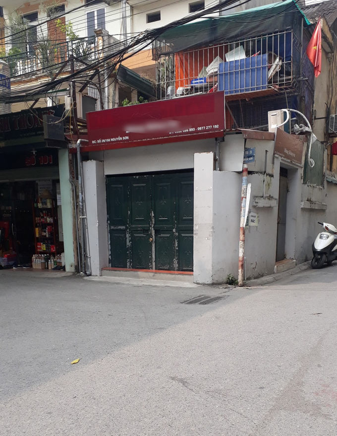 """Giờ cũng đã bị bóc bỏ.              Tất cả những cửa hàng bán hàng xách tay đã đóng cửa. Chỉ còn lại duy nhất """"gã khổng lồ"""" H.C 32 còn mở cửa, song cũng không phải để buôn bán."""