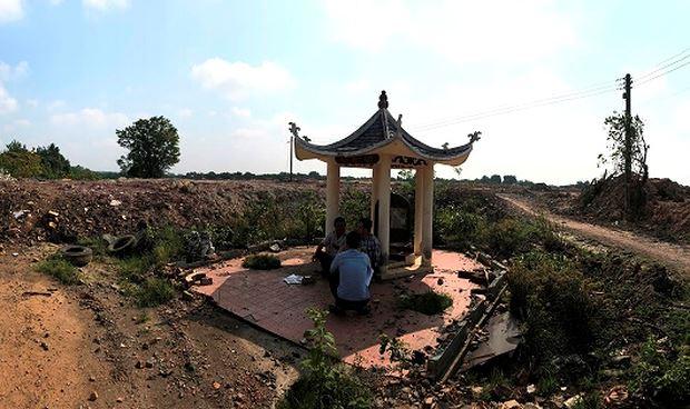 """Khu mộ bị """"dựng tường thành"""" xung quanh biến thành cái rốn nước mỗi khi mưa xuống."""
