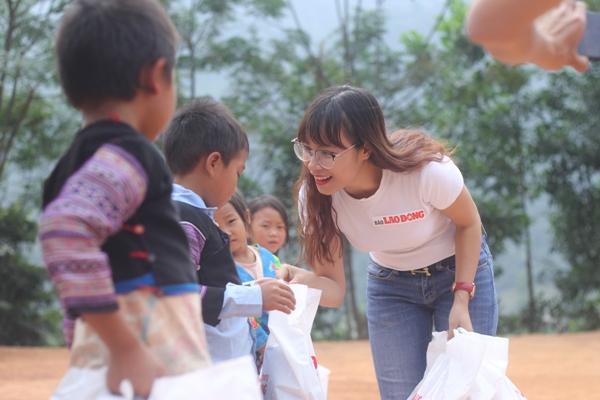 Phóng viên Nguyễn Huyên tặng quà cho các em nhỏ trong một chuyến đi tình nguyện tại Vân Hồ, Sơn La vào cuối năm 2017. Ảnh: NVCC