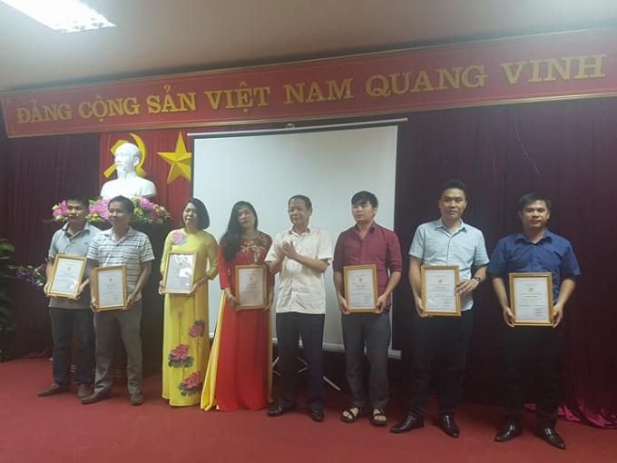 Chủ tịch UBND tỉnh Lý Thái Hải trao cho các tác giả đạt giải B, giải báo chí tỉnh Bắc Kạn lần thứ 7.