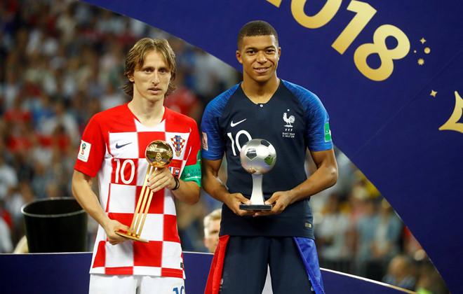 Cầu thủ hay nhất World Cup là Luka Modric bên cạnh cầu thủ trẻ hay nhất Kylian Mbappe.