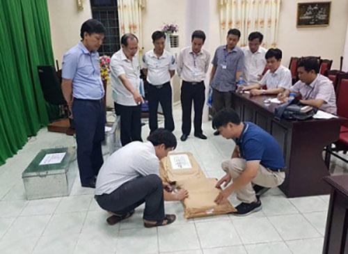 Tổ công tác rà soát công tác chấm thi tại Hội đồng thi Sở Giáo dục và Đào tạo Hà Giang. (Ảnh: Cổng thông tin Bộ Công an).