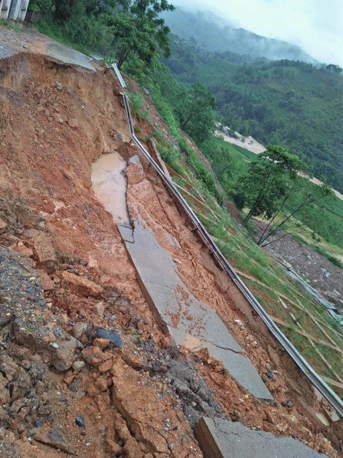 Mưa lũ gây sạt lở nghiêm trọng tại huyện Văn Chấn, Yên Bái.