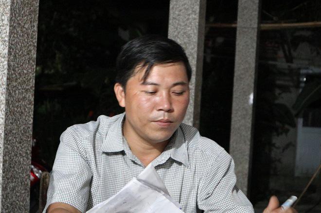 Trưởng thôn Nguyễn Hữu Phú cho hay làng Lương Điền phải chia lịch để đưa tang những người xấu xố.