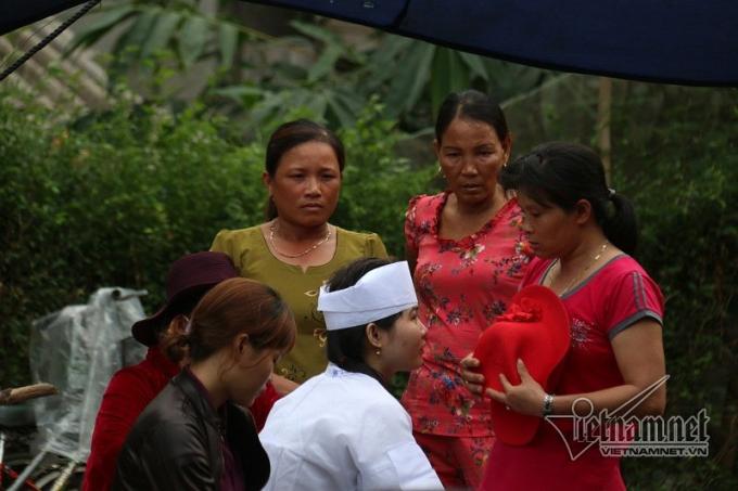 Khăn tang được chít vội trên đầu cháu gái nạn nhân Ngô Thị Bê.