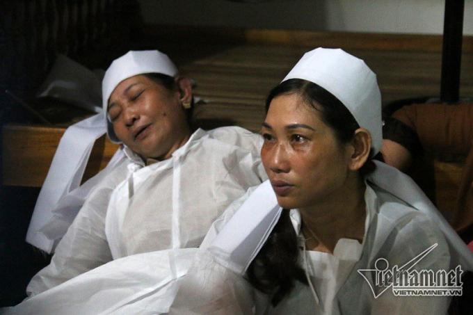 Người thân đã khóc cạn nước mắt trước sự ra đi của vợ chồng ông Nguyền.