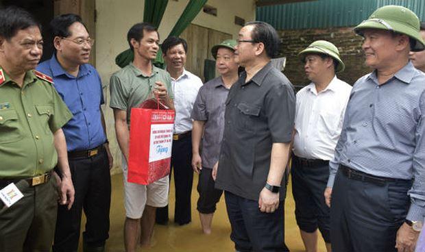 Bí thư Thành ủy Hà Nội Hoàng Trung Hải thăm hỏi người dân ở xã Nam Phương Tiến. (Ảnh: Cổng TTĐT TP)