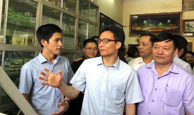 Phó Thủ tướng thị sát một nhà thuốc đã tham gia ứng dụng công nghệ thông tin kết nối cung ứng thuốc. (Ảnh H.Hải)