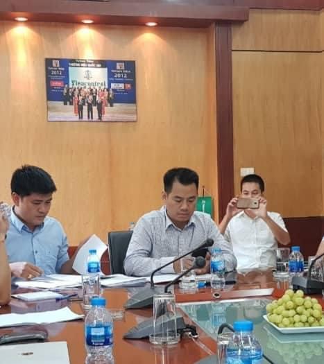 ÔngNguyễn Huy Dương, Chủ tịch HĐQT Công ty CP đấu giá và Thương mại Thăng Long (giữa) trong buổi trao đổi với báo chí chiều ngày 18/7.