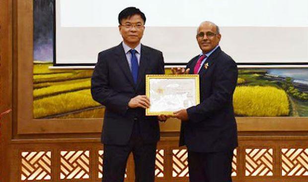 """Bộ trưởng Lê Thành Long trao Kỷ niệm chương """"Vì sự nghiệp tư pháp"""" cho Trưởng Đại diện Quỹ nhi đồng Liên Hợp quốc tại Việt Nam."""