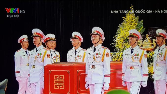 Đội nghi lễ đang di quan linh cữu Chủ tịch nước.