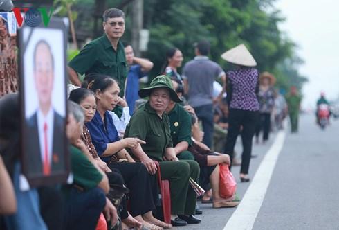 Dọc hai bên đường, người dân xã Quang Thiện chờ xe đưa linh cữu Chủ tịch nước về an táng tại quê nhà. (Ảnh VOV)