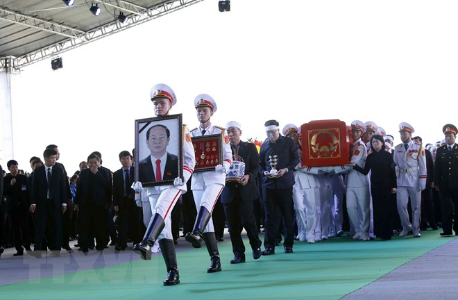 Đội tiêu binh rước di ảnh và chuyển linh cữu Chủ tịch nước Trần Đại Quang tại nơi an táng - xã Quang Thiện, huyện Kim Sơn, tỉnh Ninh Bình. (Nguồn: TTXVN)