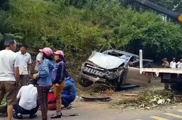 Người thân nạn nhân và người dân đến hiện trường vụ tai nạn. Ảnh: Thiện Lương.