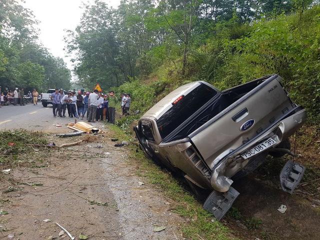 Chiếc xe sau khi lao lên vách núi, rơi trở lại và mắc kẹt tại mương thoát nước. Ảnh: Thiện Lương.