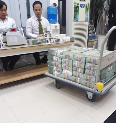 Kiểm đếm số tiền thu được của Phan Sào Nam.