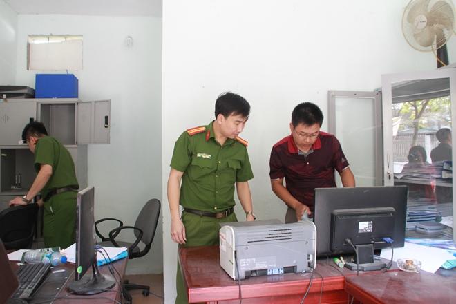 Các điều tra viên khám xét trụ sở Công ty CNC.