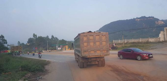 Hàng chục xe tải chở đất của nhiều doanh nghiệp vận chuyển đất di chuyển trên nhiều tuyến đường mà không bị lực lượng chức năng ngăn chặn hay xử lý.