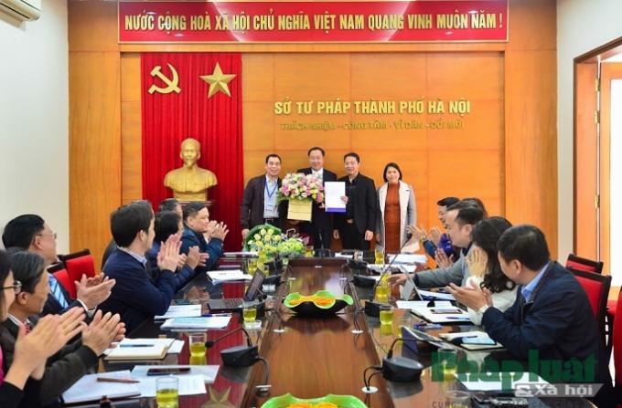 Đại diện các Phòng thuộc Sở và báo Pháp luật & Xã hội tặng hoa chúc mừng đồng chí Nguyễn Xuân Khánh..