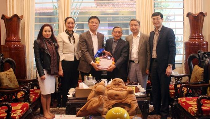 Bộ trưởng Lê Thành Long cùng đại diện lãnh đạo một số đơn vị thuộc Bộ thăm hỏi, tri ân nguyên Thứ trưởng Nguyễn Văn Yểu.