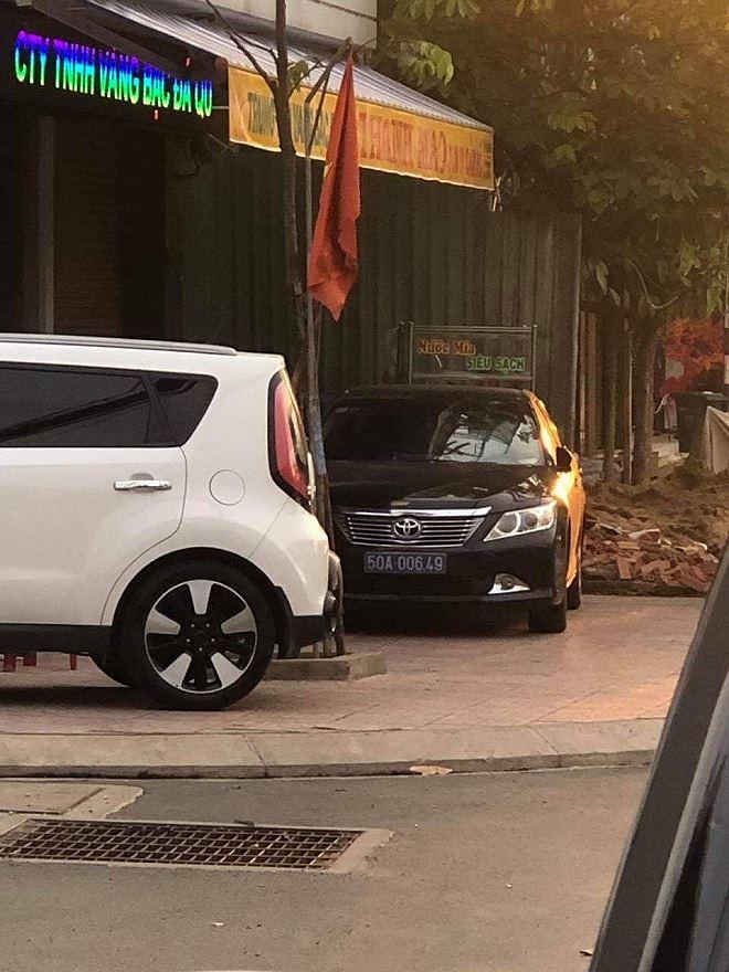 Chiếc xe đeo biển số xanh 50A-006.49 thường xuyên xuất hiện trên đường Đồng Khởi (Biên Hòa).