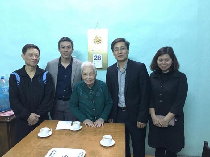 Thứ trưởng Bộ Tư pháp Nguyễn Khánh Ngọc thăm hỏi gia đình cố Bộ trưởng Phan Hiền.