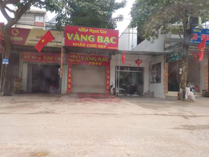 Xác pháo đỏ rực sau đêm giao thừa tại Nghệ An