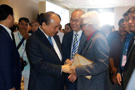 Thủ tướng gặp gỡ các đại biểu bên lề hội nghị.