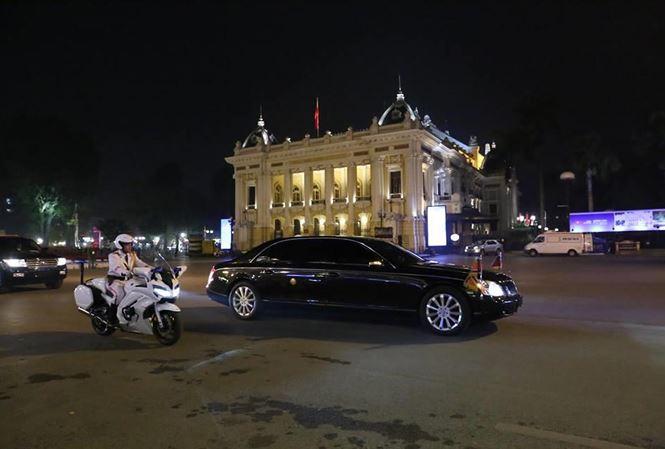 Đoàn xe của nhà lãnh đạo Triều Tiên Kim Jong Un đã đỗ trước khách sạn Melia, chính thức kết thúc ngày đầu tiên của hội nghị thượng đỉnh Mỹ - Triều lần 2.