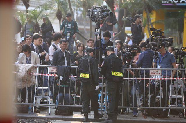 Đông đảo phóng viên túc trực bên ngoài khách sạn Metropole.