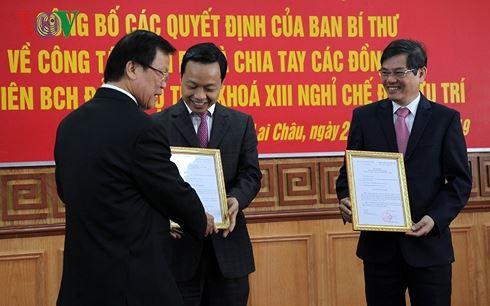 Ông Hà Ban, Phó trưởng Ban Tổ chức Trung ương trao quyết định về công tác cán bộ cho ông Đỗ Ngọc An, Phó Bí thư Tỉnh ủy, Chủ tịch UBND tỉnh Lai Châu và ông Trần Tiến Dũng, Phó Bí thư Tỉnh ủy Lai Châu.