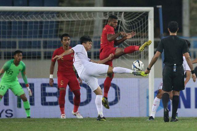 Văn Hậu được đưa sang thi đấu hậu vệ cánh trái sau khi Đình Trọng vào sân.