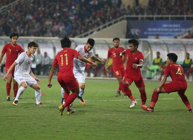 U23 Indonesia thường xuyên sử dụng số đông để phòng thủ.