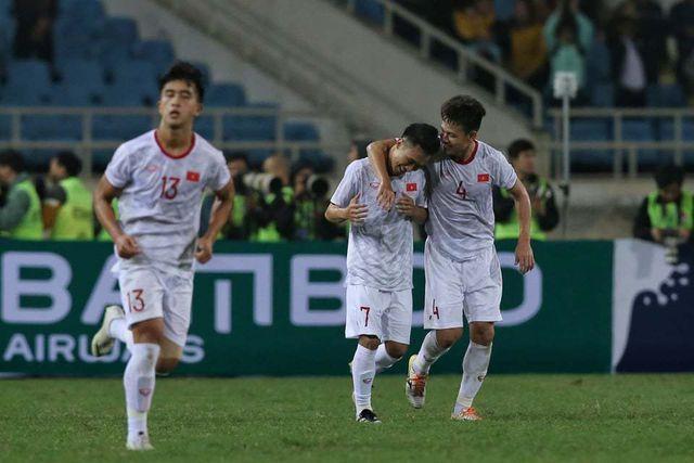 Việt Hưng ghi bàn ở phút bù giờ thứ 4 giúp Việt Nam đánh bại Indonesia.