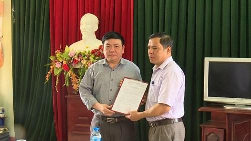 Ông Trịnh Đình Sính (trái), Phó bí thư Thành ủy Bắc Kạn dính nhiều sai phạm bị kỷ luật cảnh cáo.